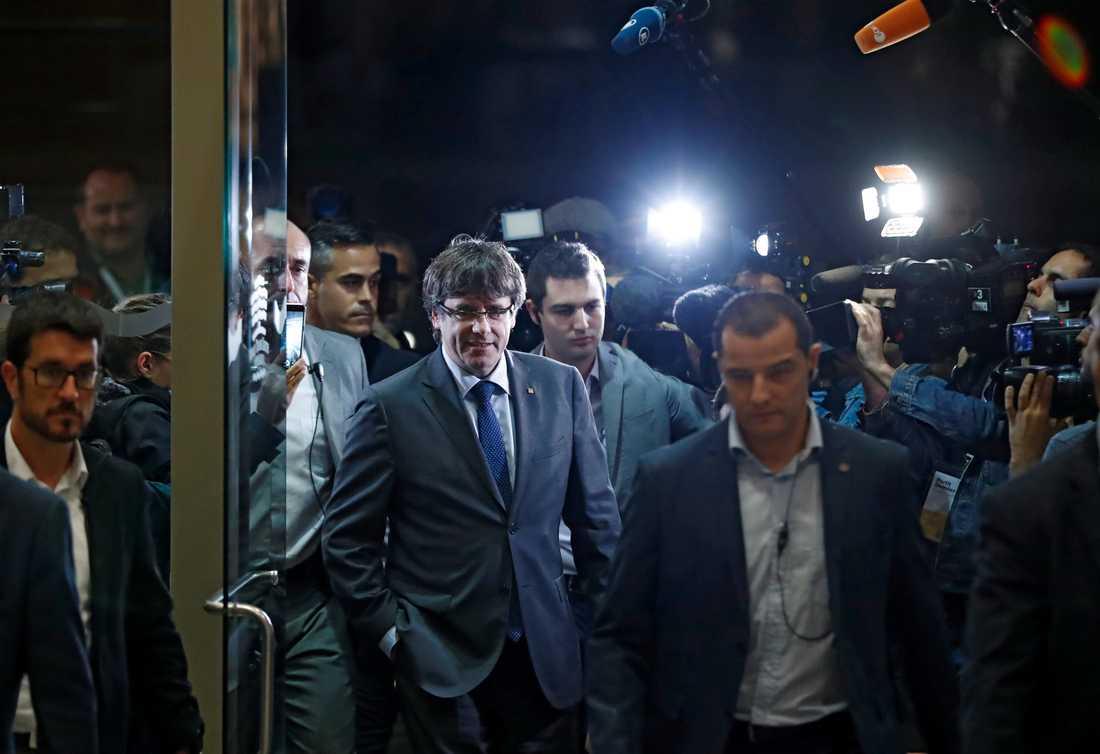 Carles Puigdemont anländer till extrainkallat möte under onsdagskvällen.