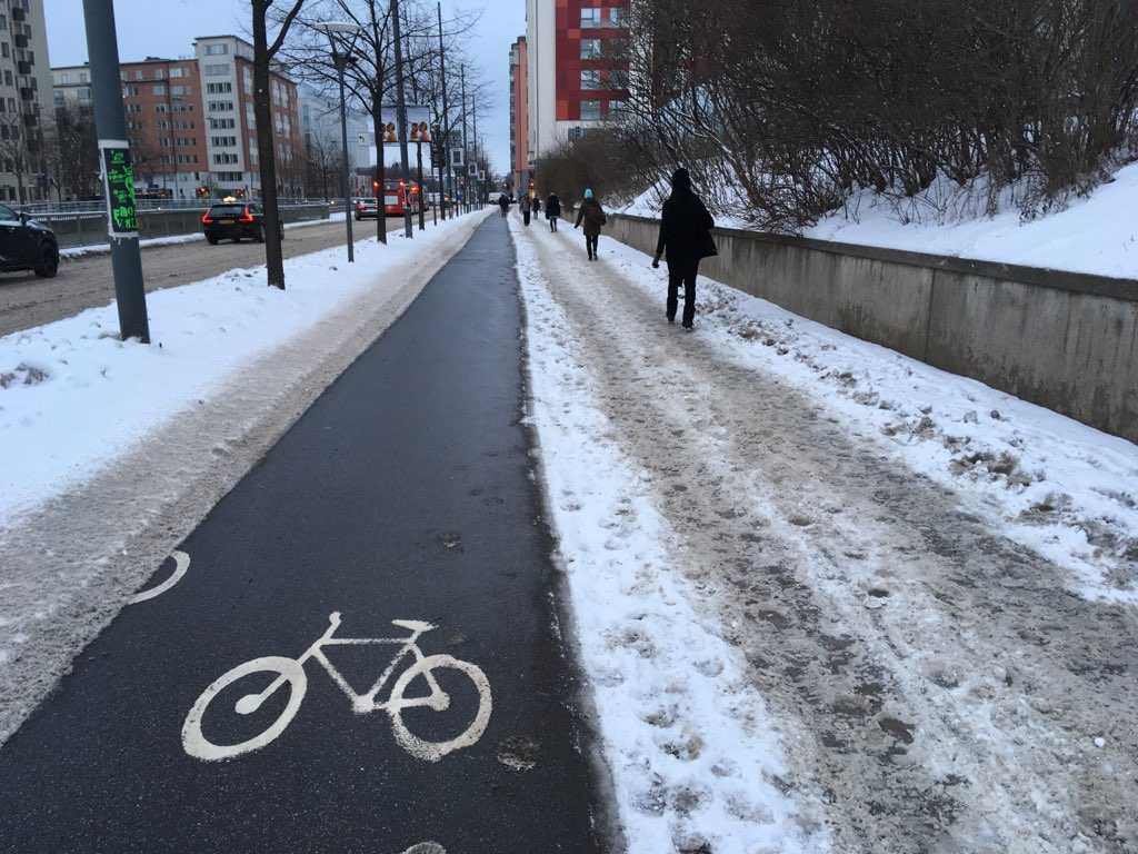 Cykelbanan är fri från snö – men inte gångvägen.