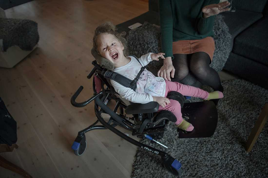 Elvira, 2,5, är svårt hjärnskadad och funktionshindrad och dessutom blind. Hon kan inte göra någonting själv. Ändå nekas hon personlig assistans av Försäkringskassan.