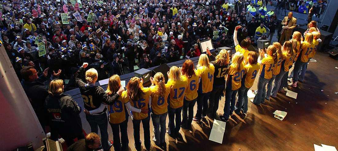 Efter VM-silvret 2003 hyllades de svenska spelarna av 15 000 personer.