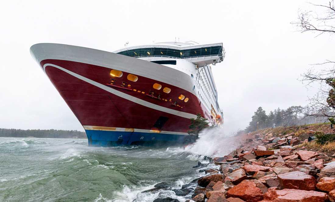 Färjan gick på grund i hamnen i Mariehamn.