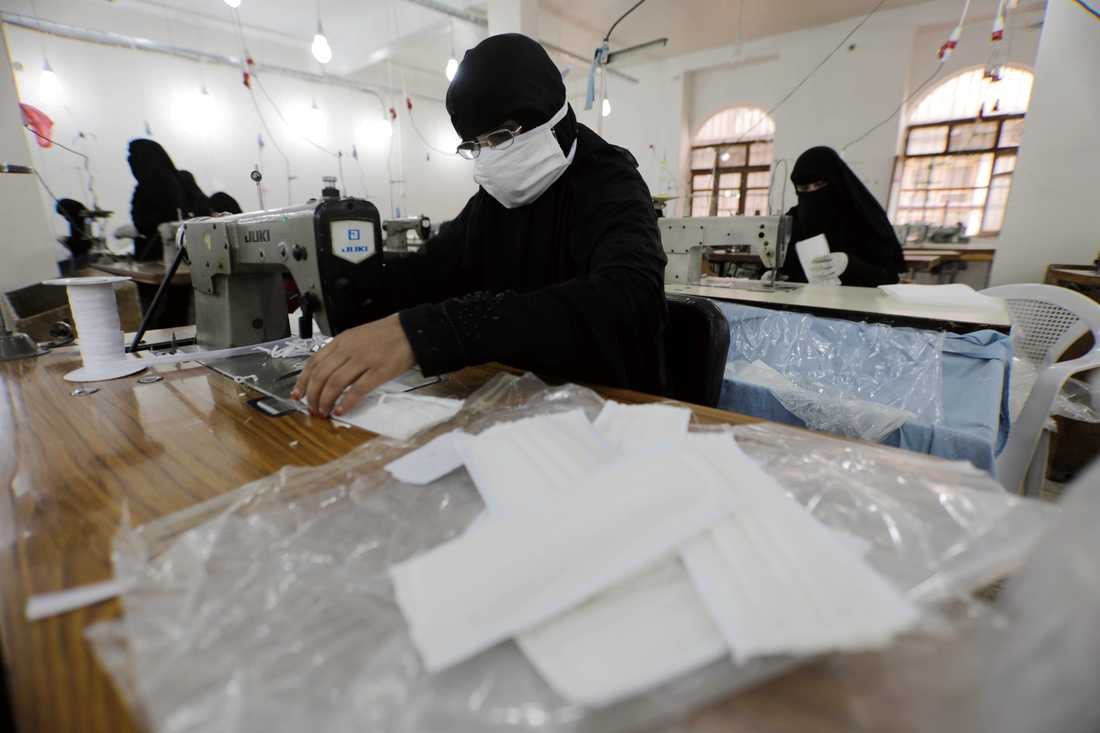 Kvinnor arbetar med att sy munskydd på en textilfabrik i Jemens huvudstad Sanaa. Bilden är från den 17 mars.