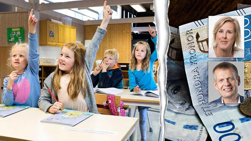 Sveriges kommuner knäar under det finansiella ansvaret för stora delar av välfärden. Svångremmen spänns åt, samtidigt som staten allt oftare tvingas rycka ut för att rädda budgeten för kommunerna, inte minst för skolans skull, skriver debattörerna.