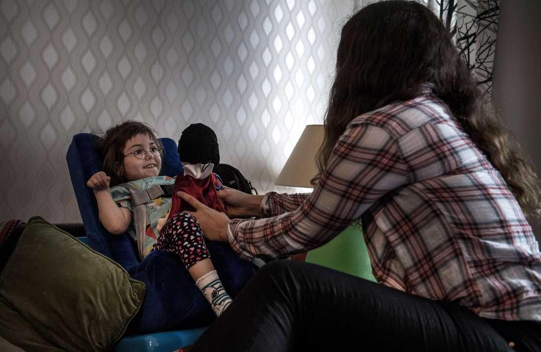 När Selmas föräldrar jobbar är det assistenten Alexandra som tar hand om sondmat, mediciner och underhållning.