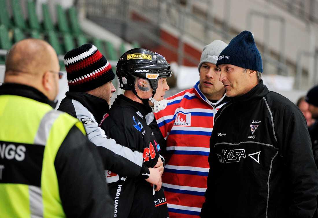 Fosshaug uppträder hotfullt i en match mot Bollnäs 2010. Lars-Magnus Keller är inte imponerad.