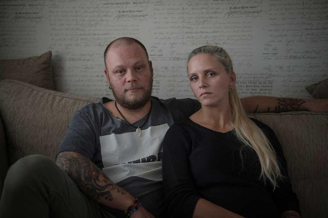 """""""Vi är helt knäckta över Försäkringskassans beslut och vet inte hur vi ska orka"""", säger Robert och Lina Andersson. De måste nu själva ta nätterna med Cimon. Han vaknar oavbrutet, gråter och har ett helt oförutsägbart sömnbeteende. Så nu kan får de inte sova."""