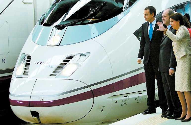 Spaniens premiärminister José Luís Rodríguez Zapatero, till vänster, var med på premiärturen. De nya supertåglinjerna för höghastighetståget AVE innebär att Spanien blivit en av Europas modernaste tågnationer.