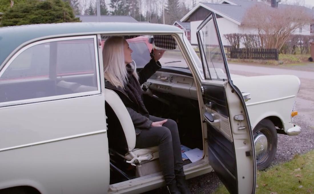 Bilar är ett av Sandras stora intressen. Hon har en gammal Opel som hon lagt stora summor på att fixa till.
