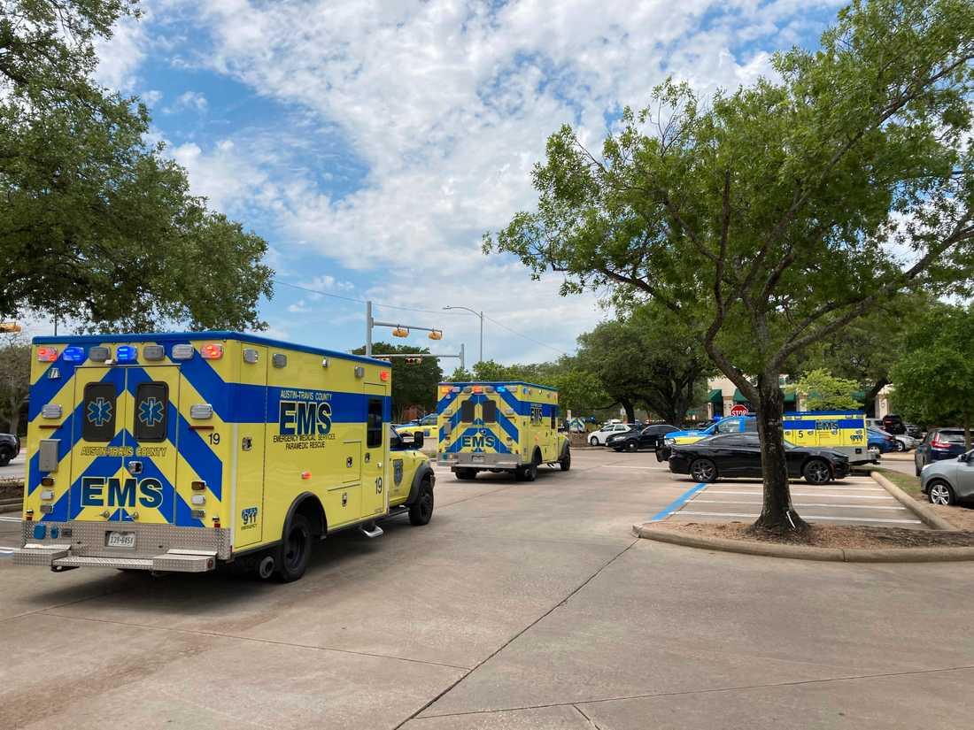 Sjukvårdspersonal vid platsen för skjutningen i Austin i Texas på söndagen. Minst tre vuxna personer är döda efter skottlossningen, enligt myndigheterna.