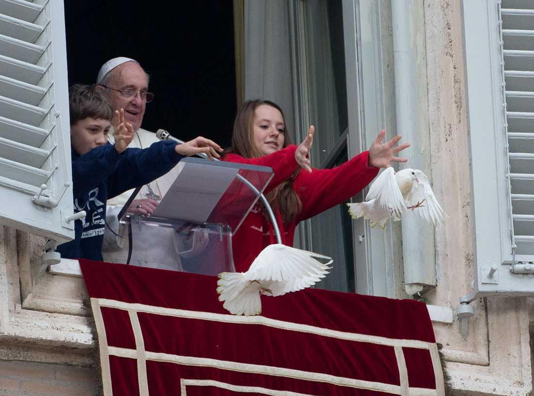 Påven och två barn släppte ut duvorna som ett budskap för fred.