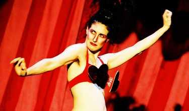 Moira Finucane är burlesk ballerina i den brittiska varietén Medium Rare som spelas på Pontus by the Sea.