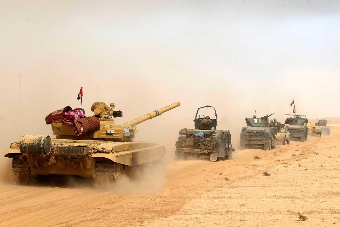 Irakiska soldater avancerar mot Mosul.