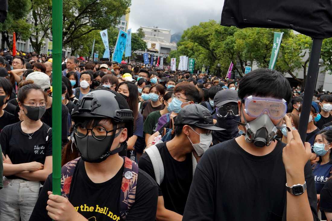 Studenter protesterar utanför det Kinesiska universitetet.