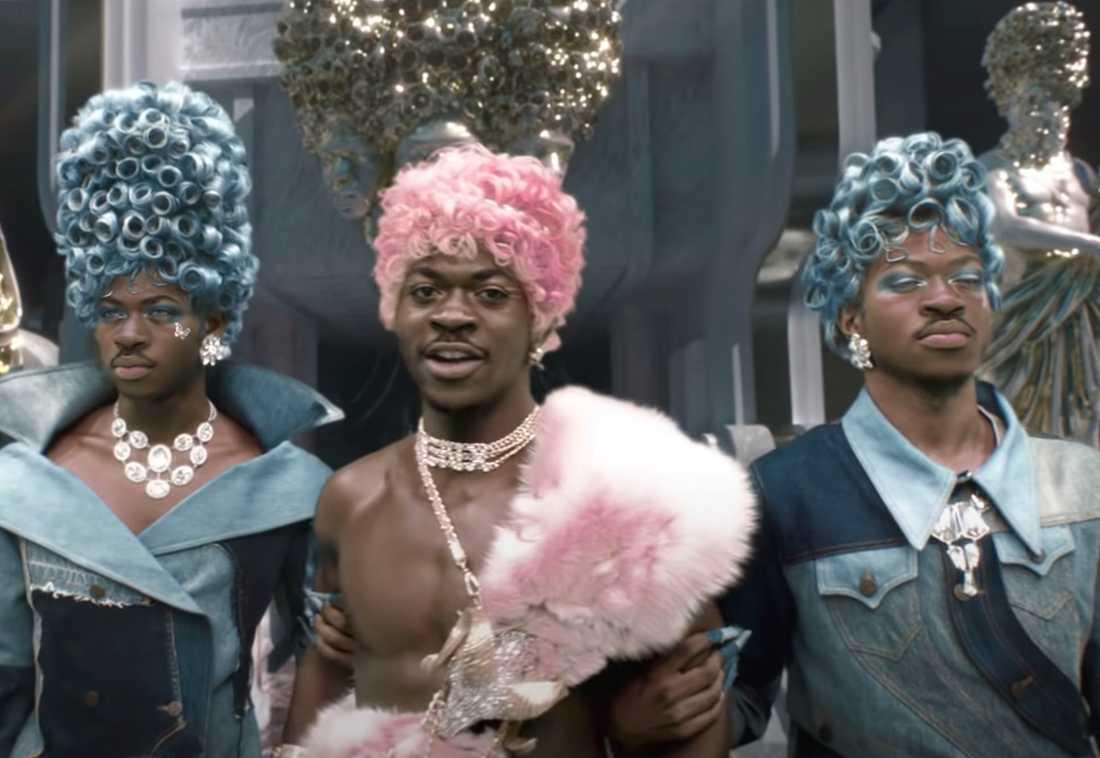 """Lil Nas X (i mitten) har väckt starka reaktioner med sin musikvideon till """"Montero (Call me By Your Name)""""."""