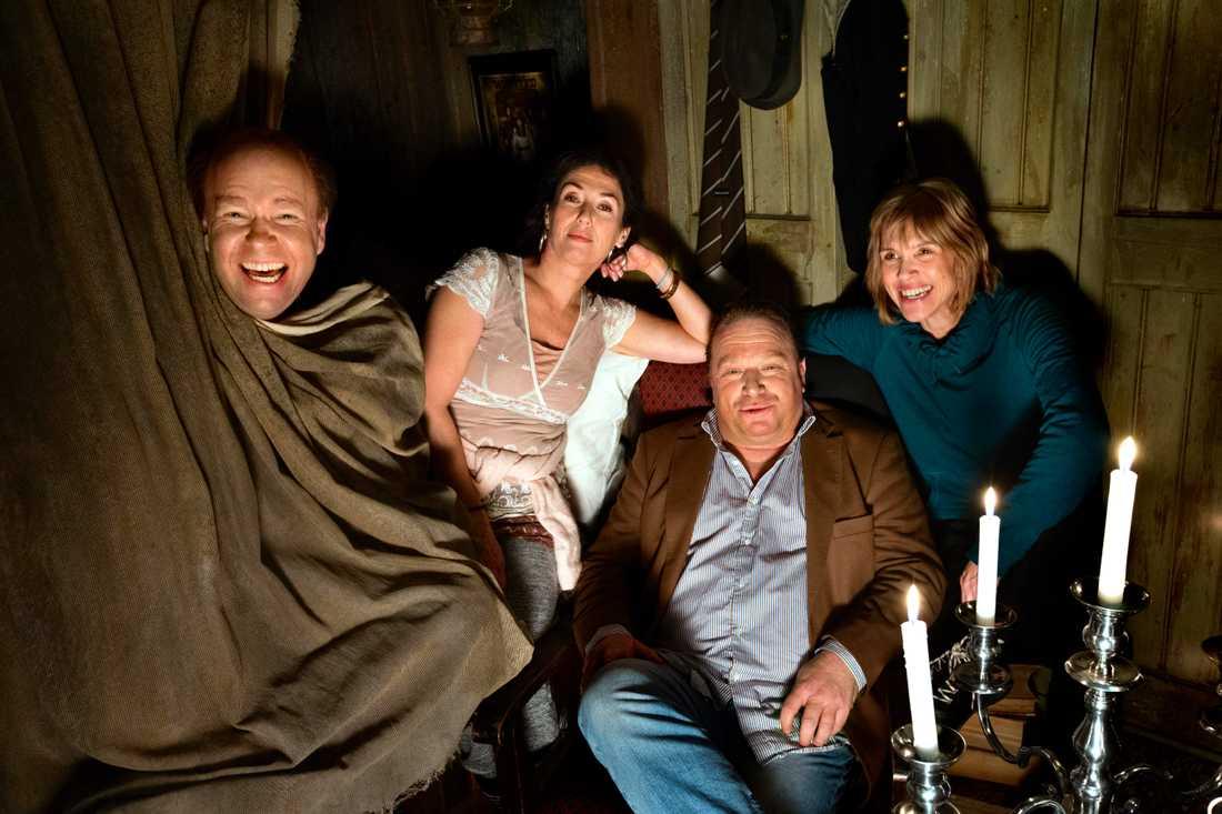 """Lasse Kronér, Jessica Zandén, Claes Malmberg och Petra Nielsen i """"Familjen Addams""""."""