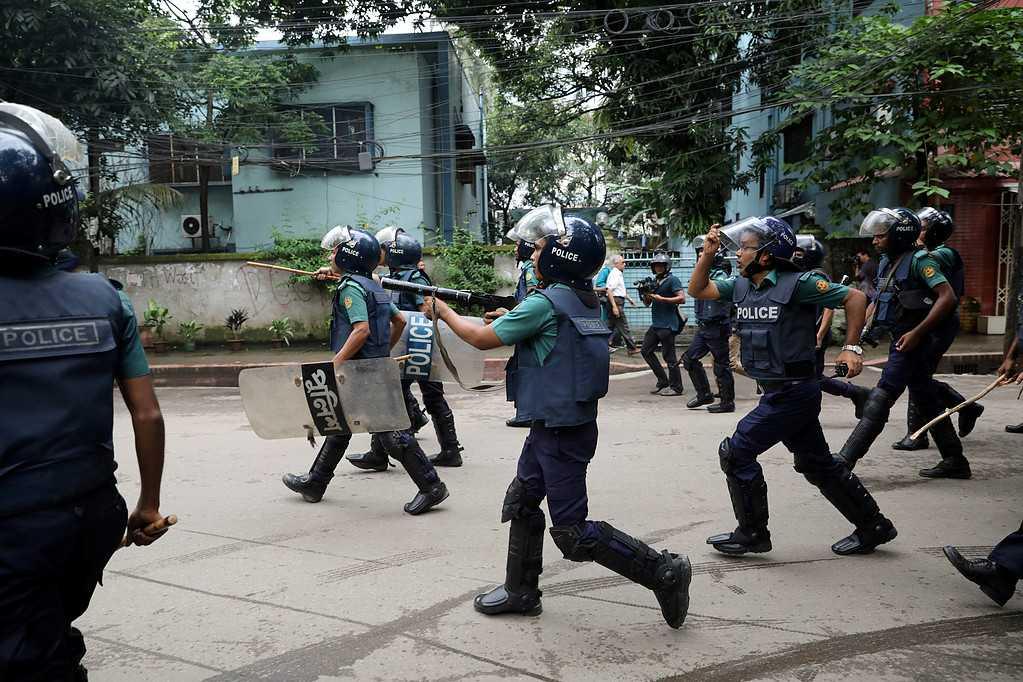 Polisen skjuter tårgas under en protest i Bangladesh. Över 100 studenter ska ha skadats av polisens tårgas och gummikulor under lördagen.