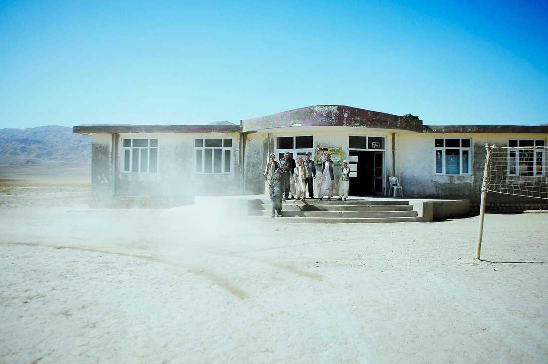 """""""DET KOMMER INTE BLI PROBLEM"""" Valdagen till ära har byn Kalchas skola fått bli vallokal och det är hit man hoppas att byns invånare kommer att gå för att lägga sina röster i presidentvalet. Men de som kommer hit gör det med livet som insats. Talibanerna har hotat med att släppa lös självmordsbombare, men polischefen Aqajan är ändå hoppfull. """"Vi har folk utposterade vid vallokaler över hela distriktet"""", säger han."""
