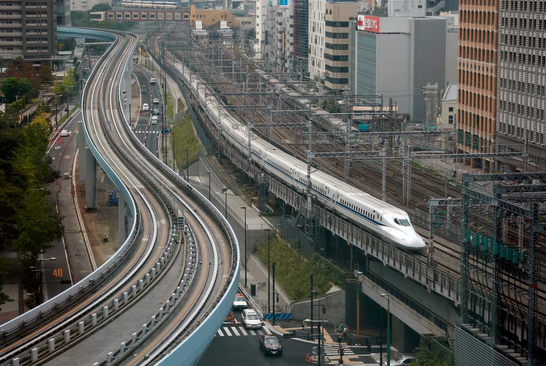 S och MP är överens om att de vill börja bygga höghastighetsjärnväg, om de får en bred enighet över blockgränsen för förslaget. På bilden den japanska Shinkansen, på väg in till centralstationen i Tokyo. Arkivbild.