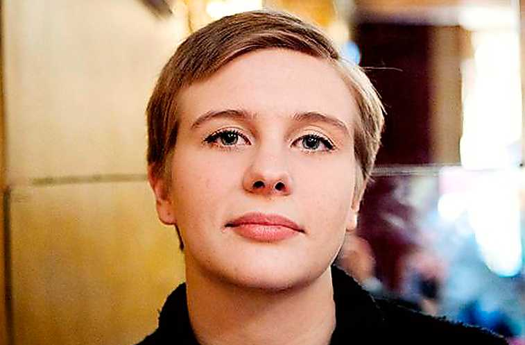 Märta Fohlin är född 1992 och studerar juridik. Jag duger inte åt lycka är hennes debut.
