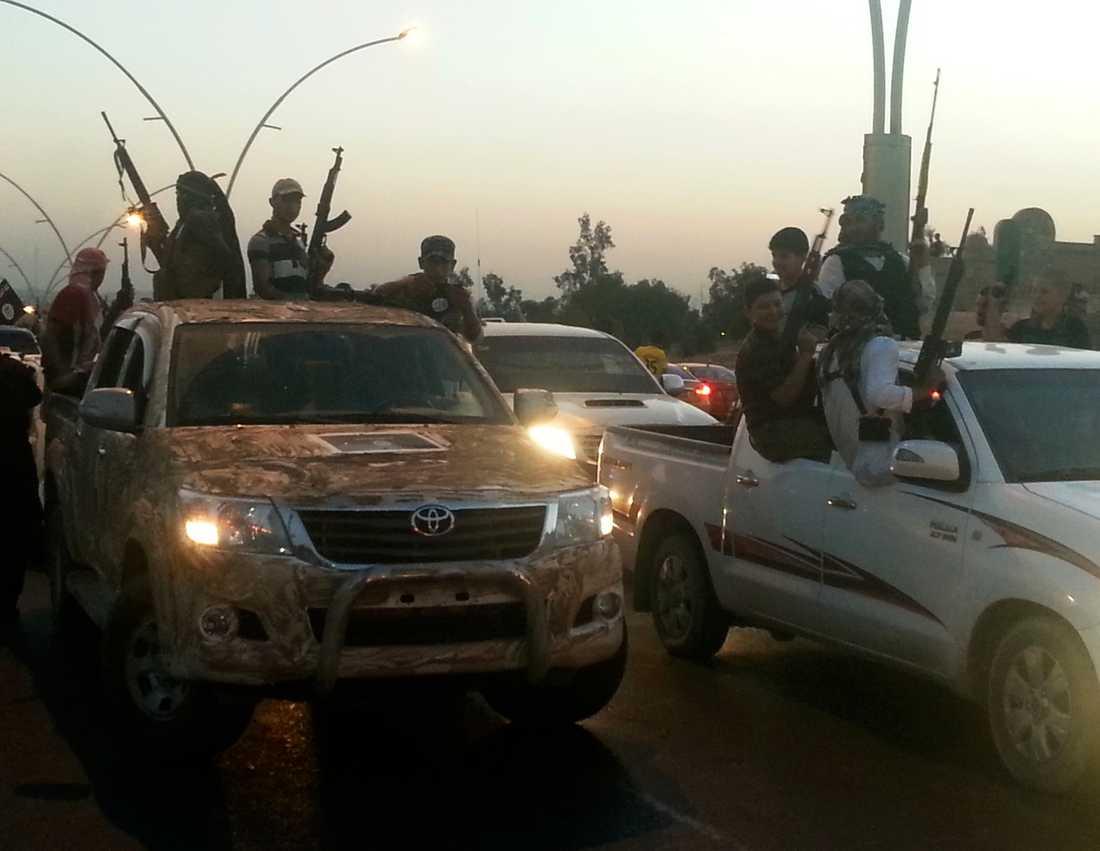 Isis firar körandes med sina bilar i staden Mosul. Samtidigt har USA:s utrikesminister John Kerry arbetat hårt för att strypa tillströmningen av pengar till rebellgruppen.