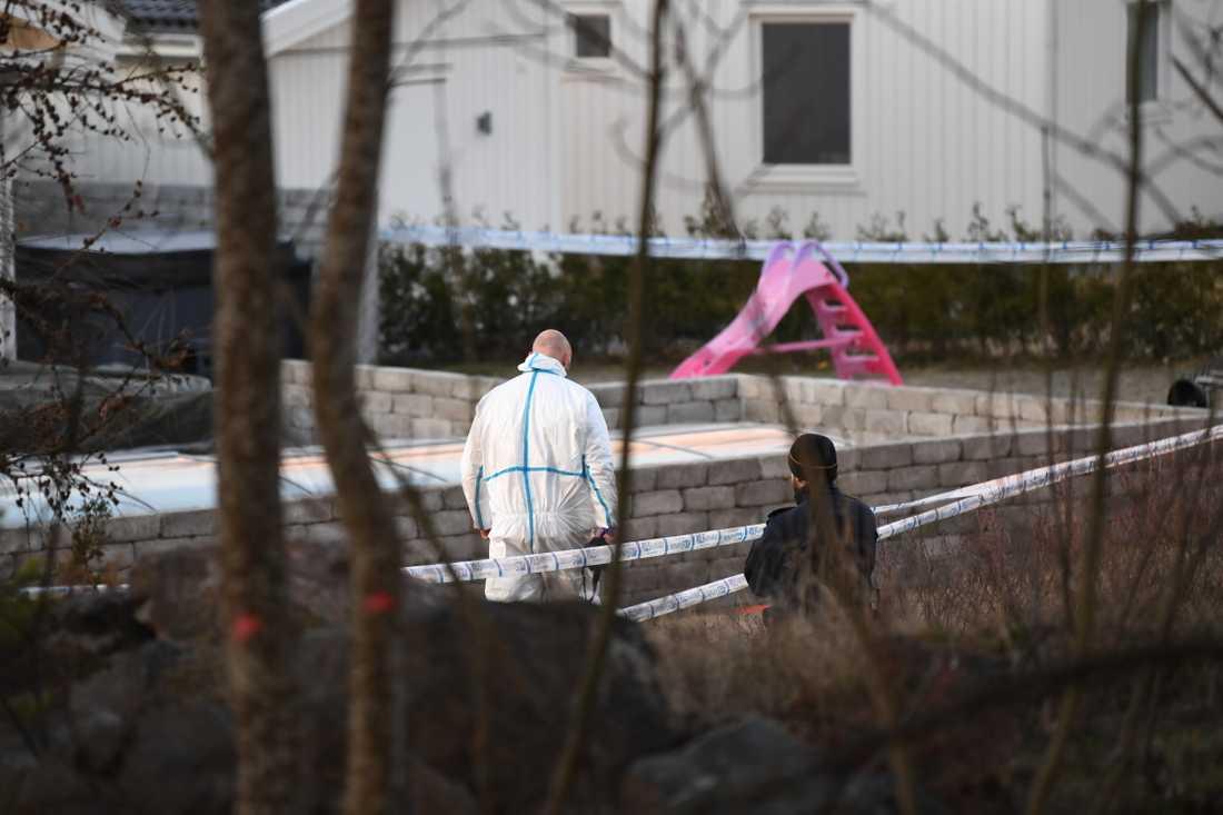 En explosion har skett vid en villa i Strängnäs. Flera personer har förts till sjukhus.