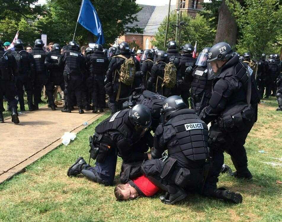 En av högerextremisterna har brottats ned av polis.