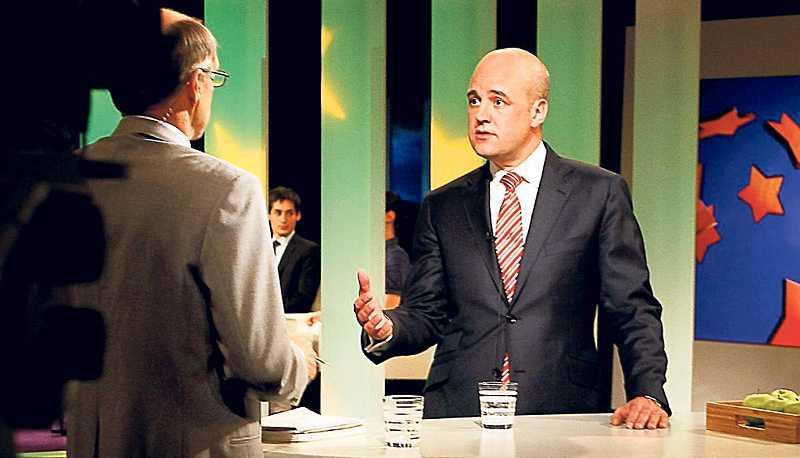 Konflikträdd Statsminister Fredrik Reinfeldt tillsammans med K-G Bergström i en tv-studio. Inga oppositions- politiker så långt ögat kan nå. Så har det sett ut sedan valet 2006. Regeringens ministrar har vägrat att debattera.