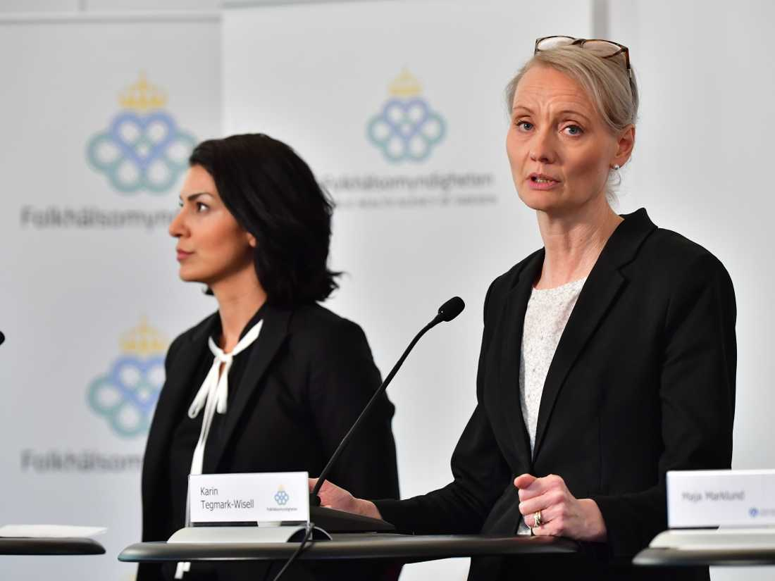 Taha Alexandersson, ställföreträdande krisberedskapschef, Socialstyrelsen och Karin Tegmark-Wisell, chef för avdelningen mikrobiologi Folkhälsomyndigheten, på Folkhälsomyndighetens pressträff på långfredagen.