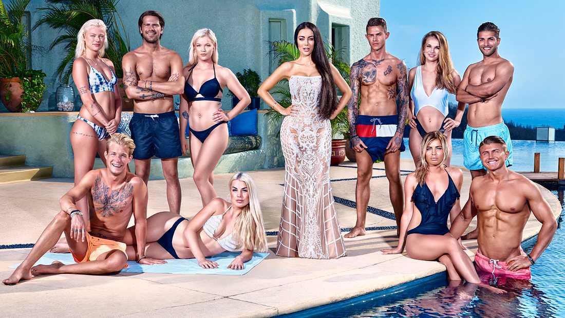 """Programledaren Rebecca Stella omgiven av """"Paradise hotel""""-deltagarna hösten 2017."""