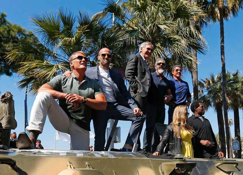 Laguppställningen var grovkalibrig på den främre stridsvagnen. Från vänster: Dolph Lundgren, Jason Statham, Harrison Ford, Mel Gibson, Sylvester Stallone, Ronda Rousey och Wesley Snipes.