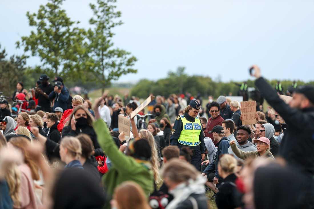 Polisens presstalesperson Ewa-Gun Westford i folkmassan vid demonstrationen till stöd för Black lives matter-rörelsen på Ribersborgsstranden i Malmö på torsdagen. Arkivbild,