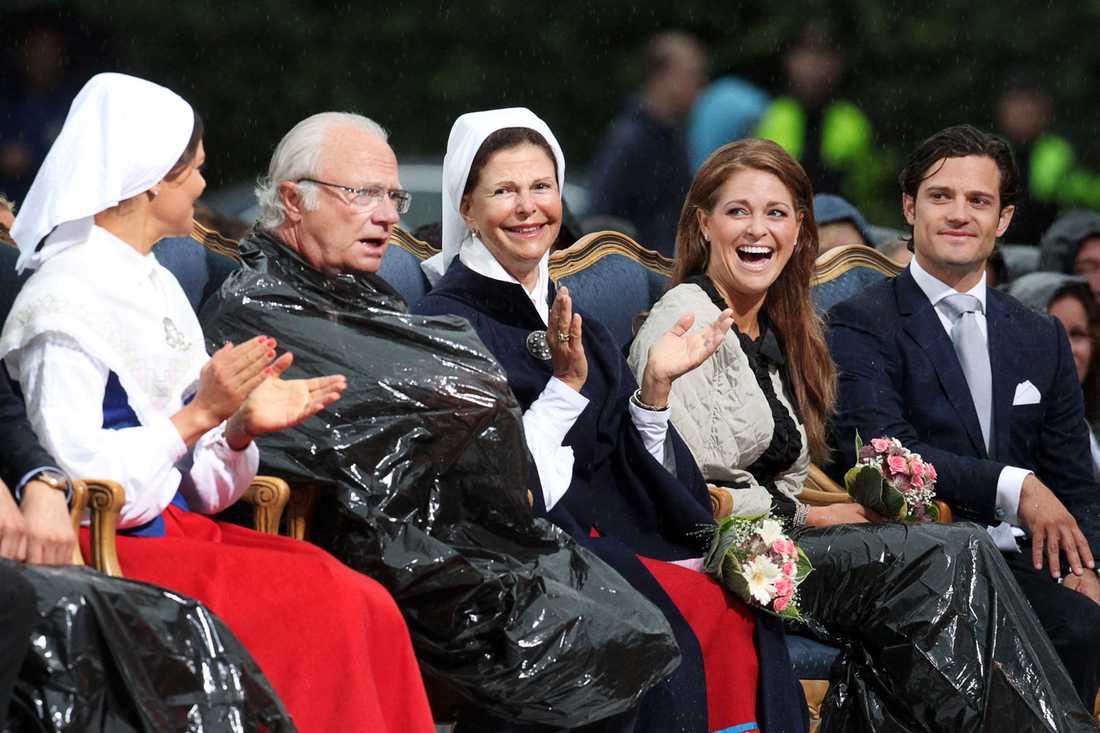 Victoriadagen Victoriadagen -  kronprinsessan firar sin 34-årsdag på Borgholms IP med hela kungafamiljen: prins Daniel, kung Carl Gustaf, drottning Silvia, prinsessan Madeleine och prins Carl Philip som tradition. Men förra årets upplaga innehöll regn, vilket är väldigt ovanligt. Kungen fick gömma sig i en regnponcho som mest liknade en sopsäck. Resten av familjen skrattade gott åt hans upptåg.
