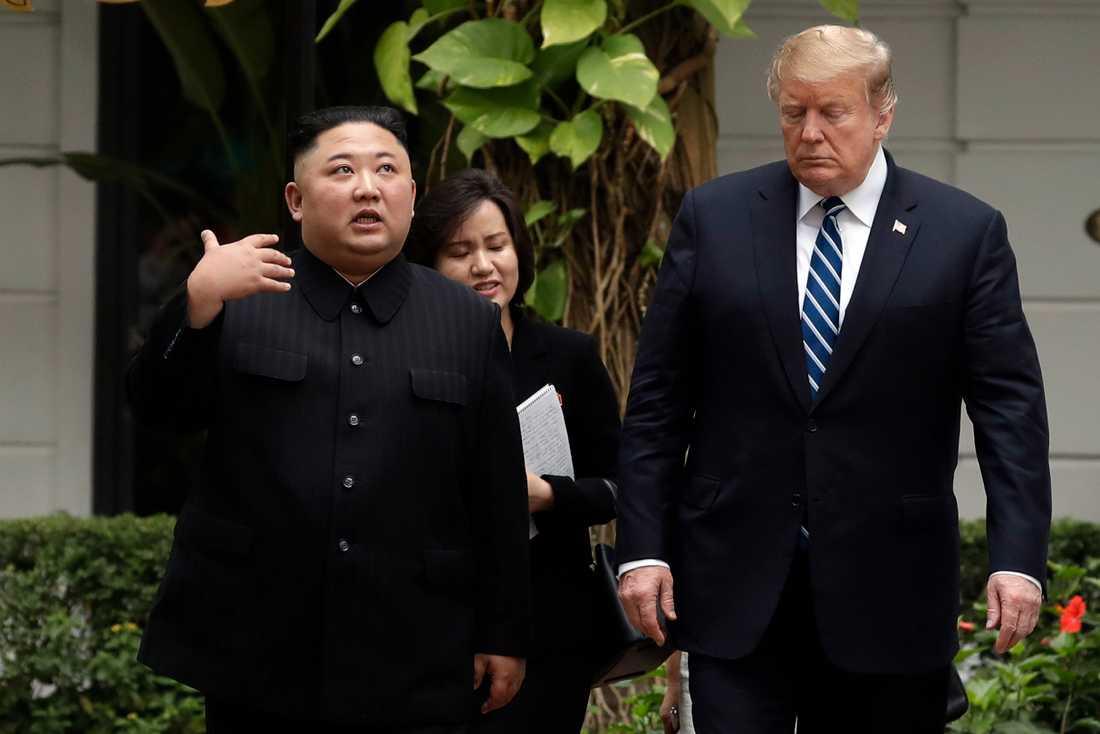Kim Jong-Un och Donald Trump vid toppmötet i februari. Arkivbild.