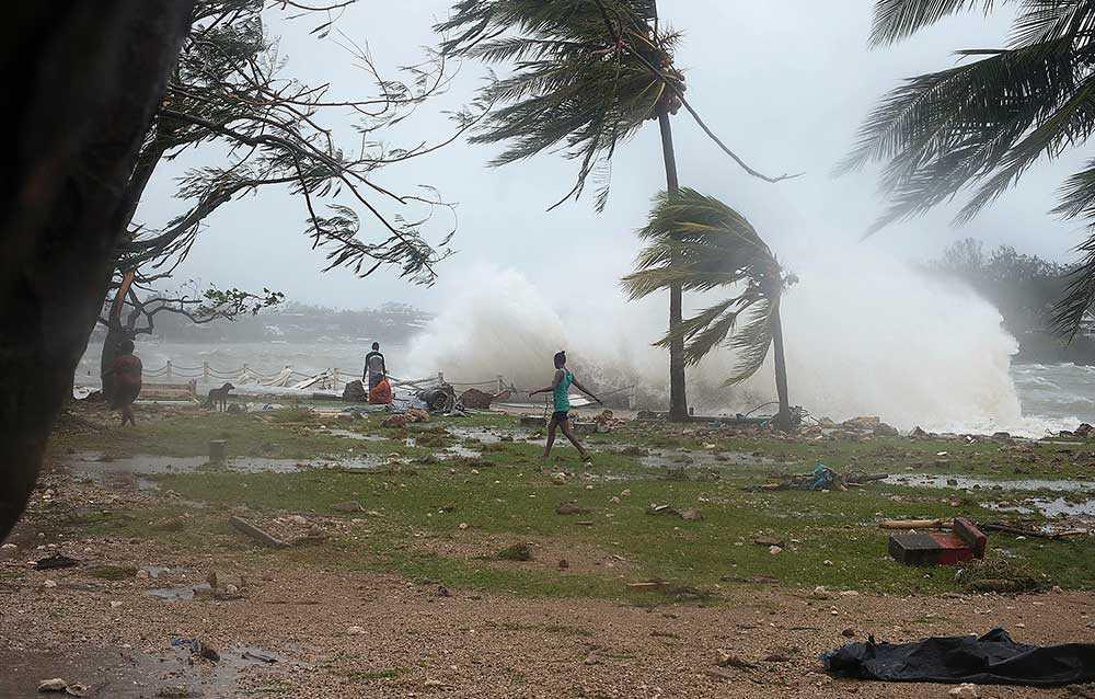 Den fruktansvärda stormen som drabbade önationen Vanuatu ödelade landets utveckling. Hjälpen strömmar nu in från omvärlden, men för att få bukt med de extrema ovädren behövs mer än akutstöd.