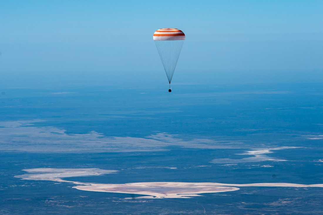 Sojuz-kapslarna tar fallskärm till hjälp sista biten ner till jordytan. Bild från en tidigare landning i Kazakstan, i april i år.