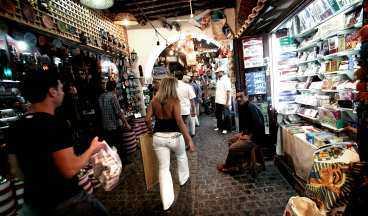 På basaren i Naama Bay finns mycket typiska turistprylar till salu. Här hittar du bland annat smycken, papyrus och parfym.