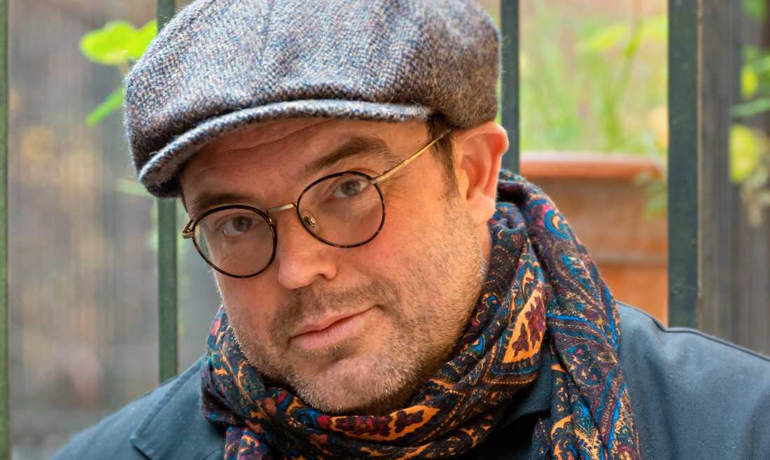 Gunnar Nirstedt (född 1965) debuterar med en myllrande roman.