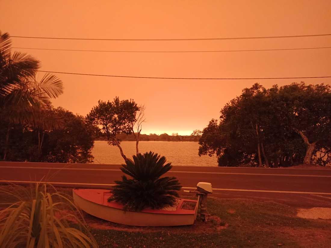 Himlen färgades plötsligt rödorange, som syns på den här bilden som Lisa Severinsson tog på fredagen.