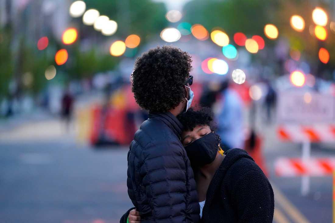Ett par vid Black Lives Matter Plaza i närheten av Vita huset, efter det att domen mot Derek Chauvin presenterats.