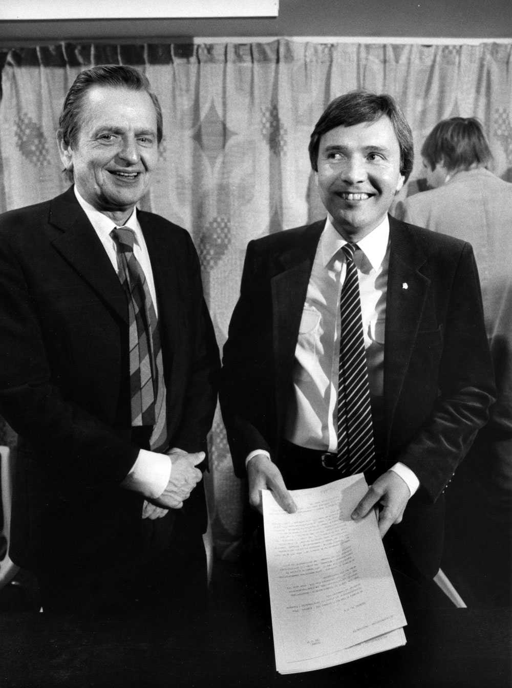 """Bo Holmberg, till höger, tillsammans med statsminister Olof Palme i oktober 1982, då Holmberg utsetts till ny civilminister och """"dataminister""""."""