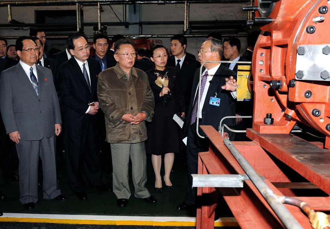 KIM TITTAR PÅ MASKIN Här inspekterar ledaren en anläggning i Kina. Bra grejer, men alla vet att den tekniska nivån hemma i Demokratiska folkrepubliken är ännu högre.