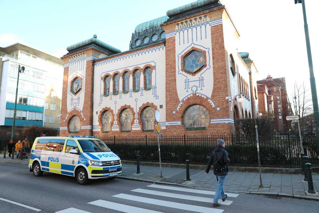Polisen på plats utanför synagogan
