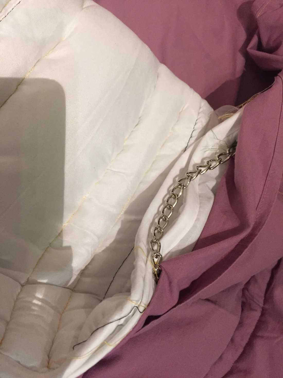 Malin sydde ett eget tyngdtäcke med hjälp av kedjor.