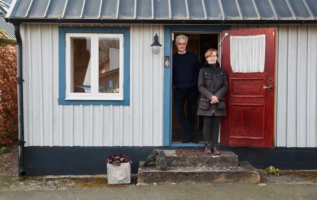 Eva Pia och Anders Isberg har haft sin fiskarstuga på Kivik i 22 år. Förra året, i början av pandemin, kände de att stämningen i byn var förändrad.