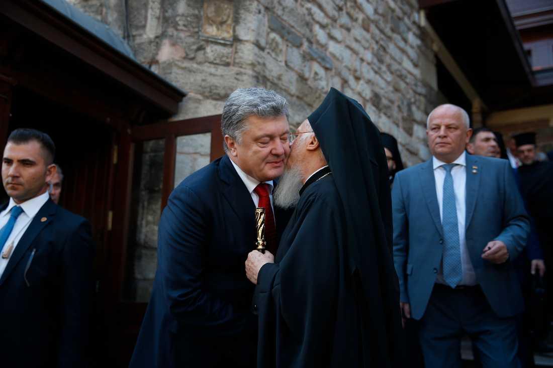 Patriark Bartholomeus I kysser Ukrainas president Petro Porosjenko farväl efter deras möte i Istanbul.
