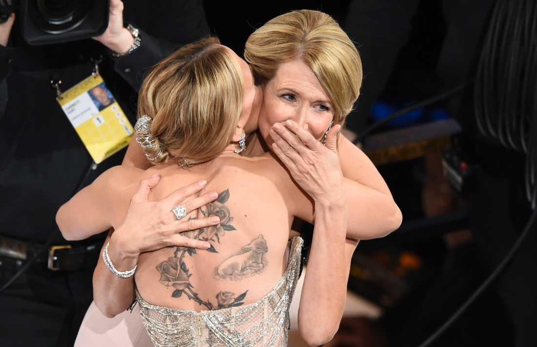 Scarlett Johansson kramar om Laura Dern efter att den sistnämnda vunnit priset för bästa kvinnliga biroll.