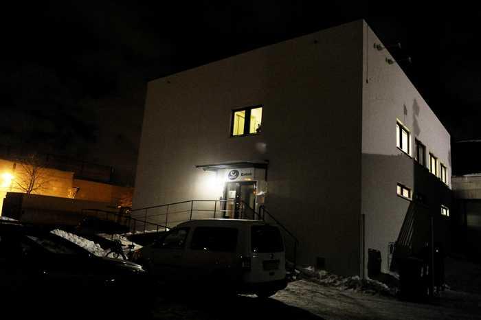 """Så här ser det ut utanför partihallarna i Årsta. Inne i lokalerna finns """"Big brother""""-huset samt tv-studion som TV 11 direktsänder i från med Gry Forsell vid programledarrodret."""