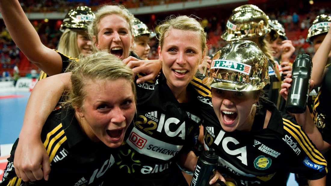 Även 2009 blev det guld för Sävehofs handbollsdamer. Här jublar Gulldén tillsammans med lagkamraterna.