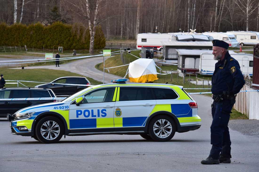 Polis på plats utanför campingen.