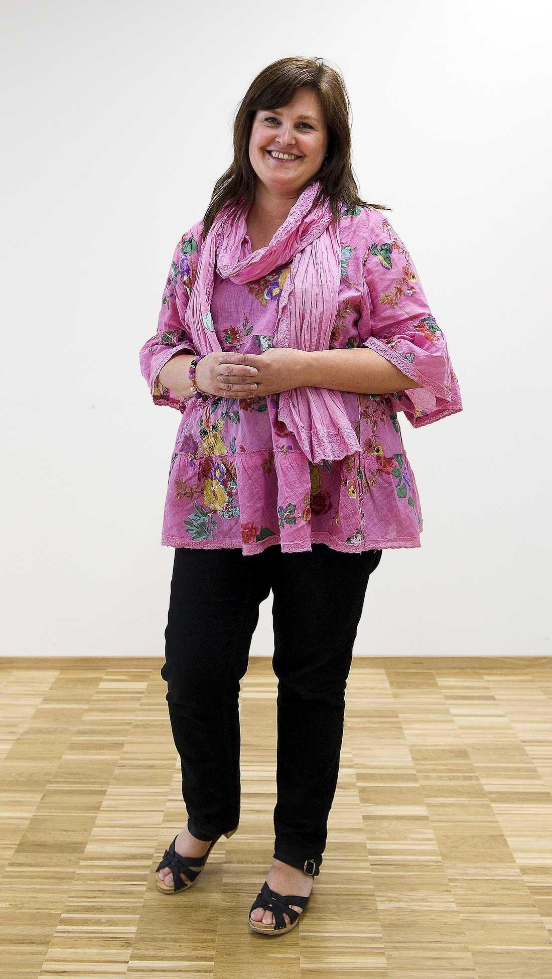 """KANDIDAT 1: 60,5% MARIA  Namn: Mikaela Valtersson Ålder: 44 år. (80 % Maria) Familj: Make, två döttrar och en son. (70 % Maria) Bor: Upplands Väsby norr om Stockholm. (""""Fel"""" sida om stan, viktig fråga i Stockholm. 50 % Maria.) Utbildning: Gymnasielärare via Lärarhögskolan i Stockholm. (40 % Maria) Politisk erfarenhet: Riksdags-ledamot sedan 2002. Har varit partiets ekonomisk-politiska talesperson. Numera gruppledare i riksdagen. (Tunga poster i partiet, 80 % Maria) Musiksmak: David Bowie. (Inte så långt från Kent, 60 % Maria) Mat: Kött, högst en gång i veckan. Hellre fisk och grönsaker. (70 % Maria) Sociala medier: Twittrar.(Ingen blogg men twittrar, 50 % Maria) Intressen: Hantverk som scrapbooking och måleri. (Använder gärna händerna, 15 % Maria). Profilfrågor: Utbildningspolitik, men framför allt migrationsfrågan. (Politik inom flera områden, 90 % Maria) SRESULTAT: Mikaela Valtersson är 60,5 % MARIA.  Den gamla läraren Valtersson saknar Wetterstrands erfarenhet av miljöstudier och ägnar sig hellre åt hantverk än tv-spel. Samtidigt har hon som språkröret en bakgrund med flera tunga politiska poster."""